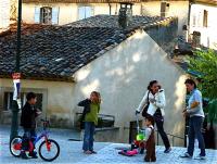 Two young families 若い二家族 ⓒToshihiko Shibano 何気ない仕種の中のフランス人らしさ
