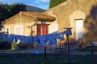 Large family? 大家族? ⓒToshihiko Shibano 日本ではあまり目にしない洗濯物の干し方