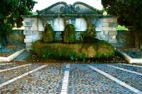 Watering place  水飲み場  ⓒToshihiko Shibano 口から水が流れる様子を模したものだったのだろうか?