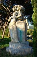 Statue F・ヴィベール顕彰碑 ⓒToshihiko Shibano カミュが眠る墓地正面近くにある作家で俳優の顕彰碑