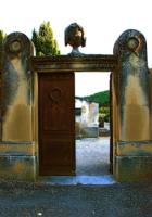 Entrance of graveyard 墓地の入り口 ⓒToshihiko Shibano 格式ある古めかしい入り口