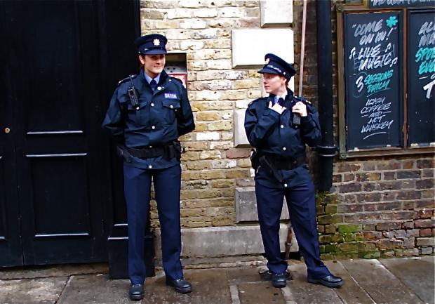 Police woman チャーミングな婦人警官 「撮っていい?」と訊いたらウンとうなずいてこちらを向いてくれた。 ⓒToshihiko Shibano