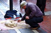 Street performer  大道芸人 一本の棒で仕上げる。ⓒToshihiko Shibano