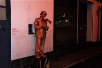 Street performer  大道芸人 暗がりに建つ銅像。ⓒToshihiko Shibano