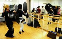 Practice scenery 群衆の稽古2。ボール紙の人形をもった動きを繰り返し練習する。 ⓒToshihiko Shibano
