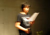 Practice of French song フランス語の歌の練習。 出演者全員をまとめながら自らも仏語の歌に挑戦した丹下一氏。 ⓒToshihiko Shibano