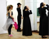 Check on clothes 衣装のチェック。背筋が伸びて立ち姿が美しい出演者たち。ⓒToshihiko Shibano