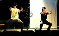 Energetic performance 気合いの入った演技 左がまだ10代の足立堯之君。右が出演者みんなを元気にしていたリアルマッスル泉君。 ⓒToshihiko Shibano