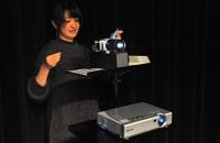 Mihochan that projects shadowgraph 影絵を映し出す美帆ちゃん。真っ暗な中での操作は至難の技だった!。彼女は一度も客席から舞台を眺めることができなかった。 ⓒToshihiko Shibano