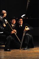 Short story of comedy 4 ピアニストにまとわりつくので、さすがに手で押しやられていた。 ⓒToshihiko Shibano