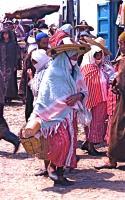 Market on Thursday 4 木曜市場(Khemis Anjra)どうしても民族衣装に目を奪われる ⓒToshihiko Shibano