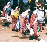Market on Thursday 6 木曜市場(Khemis Anjra)頬かむり、サンダル、ビニール袋と赤白のストライプが「ガールズコレクション」に ⓒToshihiko Shibano