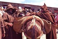 Market on Thursday 10 木曜市場(Khemis Anjra)親子だろうか、左右のバランスを何度もやり直していた ⓒToshihiko Shibano