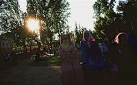 The square  広場で涼をとる女性達 すっぽりと覆うジュラバ(モロッコの民族衣装)の色に気を遣うのはやはり女性だから? ⓒToshihiko Shibano