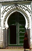 Mosque  モスク入り口 簡素な作りだが、精緻なタイルの装飾や門の鋲、アーチ型の正面がひと目を惹く ⓒToshihiko Shibano