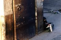 Near the gate of  Medina メディナ(旧市街)の出入り口付近で女性が一人座り込んでいた ⓒToshihiko Shibano