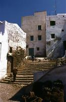 Medina メディナ(旧市街) ジュラバを着た母親と子供が手をつないで階段を一つひとつ登っていた。ⓒToshihiko Shibano