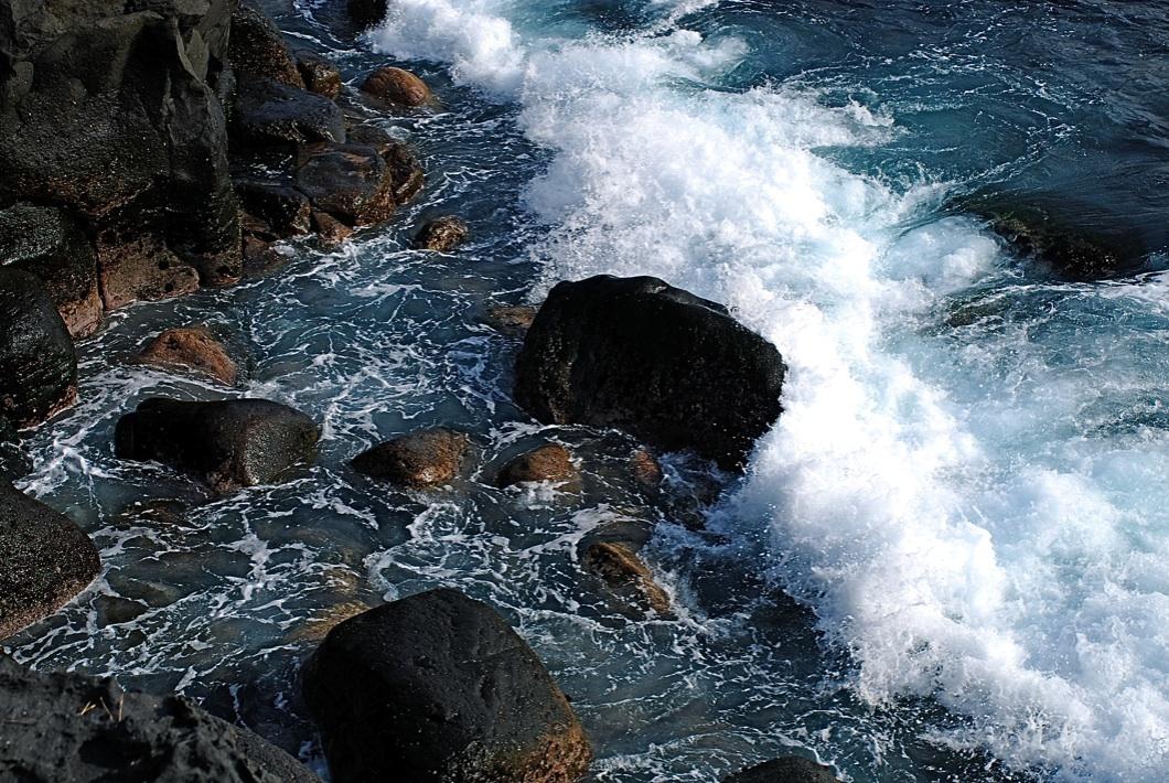 押しては引き返す A wave rolls in and returns.    ⓒToshihiko Shibano