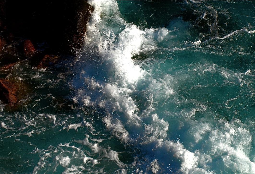 砕けて飛び散る A wave  splash and scatters  ⓒToshihiko Shibano