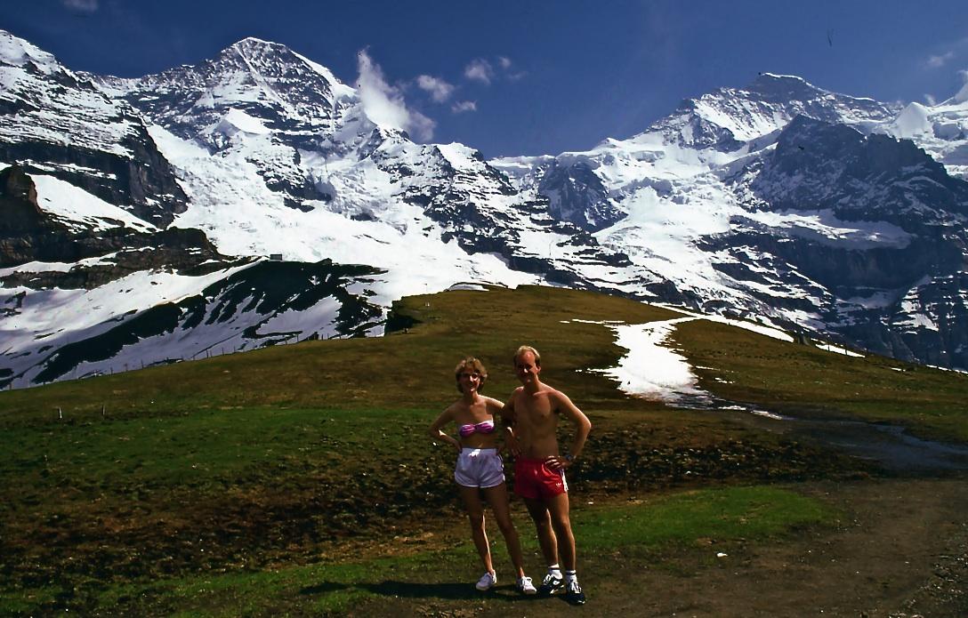 スイスアルプス Swiss Alps 左端からアイガー(3970m)、正面がメンヒ(4099m)、右の山がユングフラウ(4158m)、ノルウェーからやってきた若いカップルはオスロから25時間かけて1450㎞を運転してきたそうだ。標高2000mを越える肌寒い場所なのだが、北欧と比べれば太陽があるだけでもありがたいのだろうか。 ⓒToshihiko Shibano