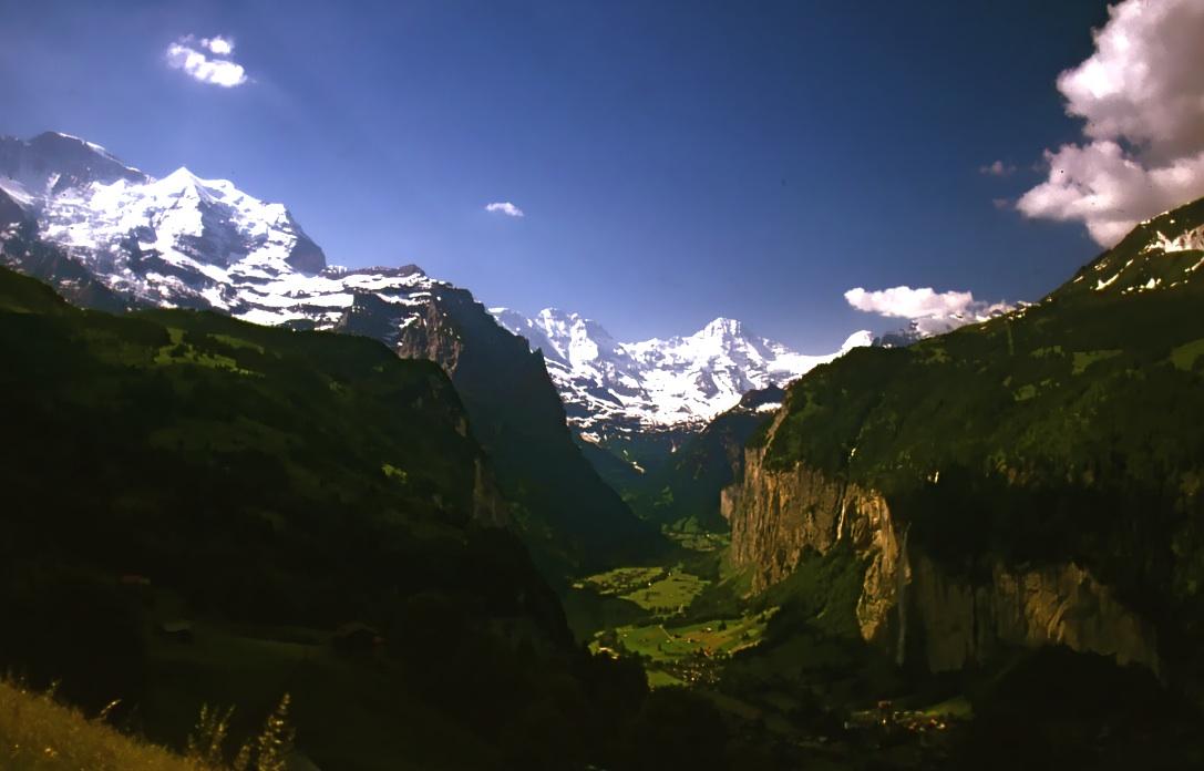 氷河が削ったU字谷のラウターブルンネン渓谷 Lauterbrunnen Ravine 右側の断崖の影の部分に白い筋が見えるだろうか? 落差300mのシュタウブバッハ(埃の滝)である。ⓒToshihiko Shibano
