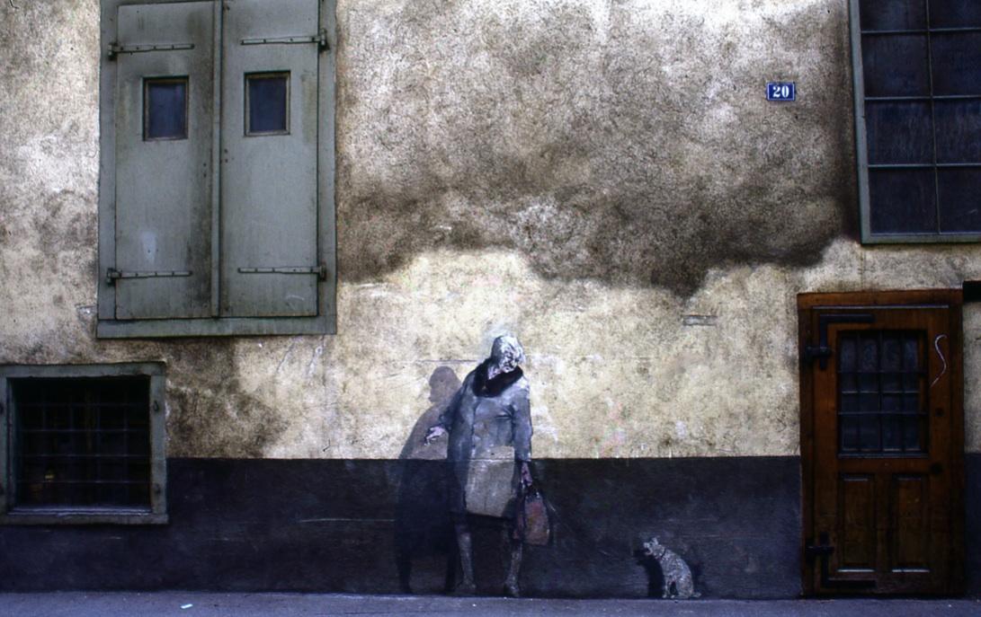 古壁に描かれた老婆と子犬 Old woman and small dog   本当にこういう光景は珍しくない。(スイス最古の都クールにて) ⓒToshihiko Shibano
