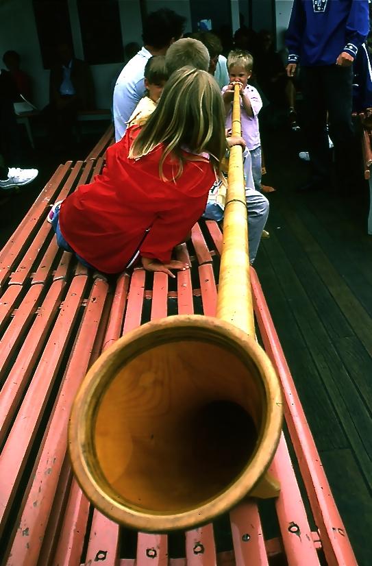 船の中では余興も。子供がアルペンホルンに挑戦 A child challenges an alpenhorn  ⓒToshihiko Shibano