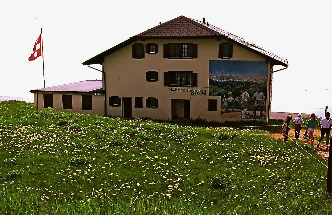 フッツナウから世界最古(1871年)の山岳鉄道で リギ山頂上駅へ   Rigi summit station   ⓒToshihiko Shibano