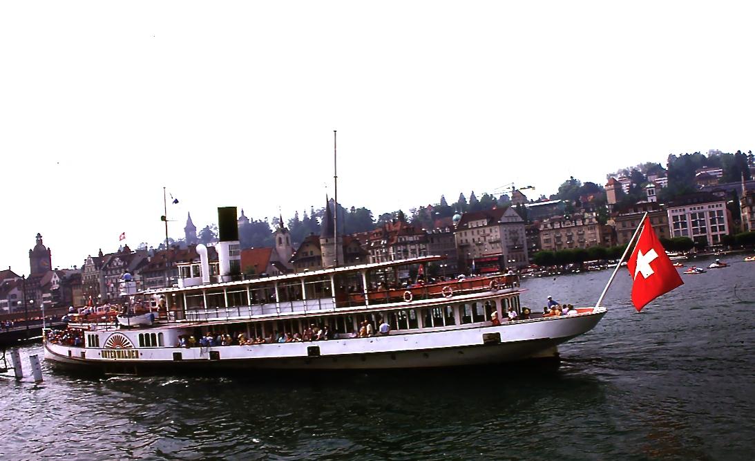 蒸気船に乗り、ルッツェルン湖を縦断してフッツナウへ。 船の背景は、ルッツェルンの旧市街 The background of a ship is old city of Luzern  ⓒToshihiko Shibano