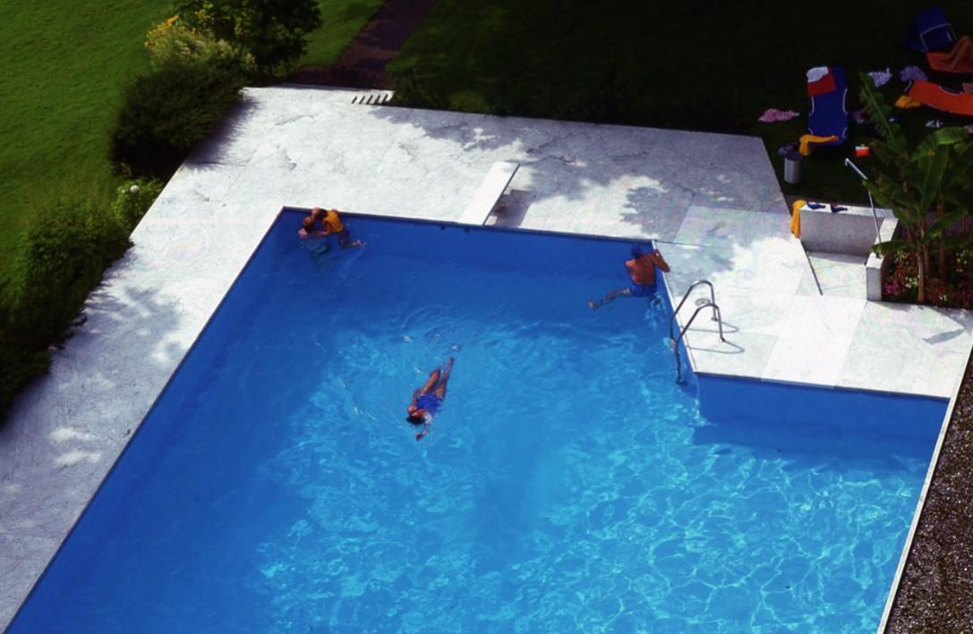 フィッツナウパークホテル3 Park Hotel Vitznau3 敷地の一角にインドアからアウトドアへと繋がり、常温27度に保たれているプールがあった。 The pool connected from indoor to outdoor ⓒToshihiko Shibano
