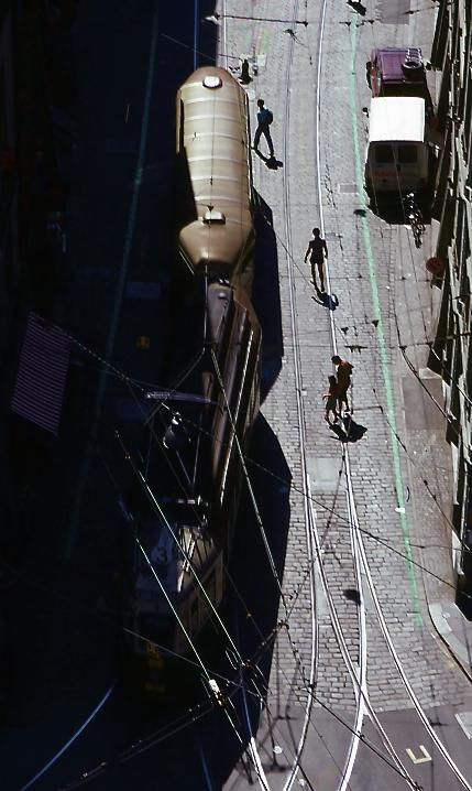 歩いている人々1 People who are walking 1  私は高いところから歩いている人々を見るのが好きだ。まるで人生の影を見ているみたいで。I like seeing those who are walking from the high place. as if they are like a shadow of life. ⓒToshihiko Shibano