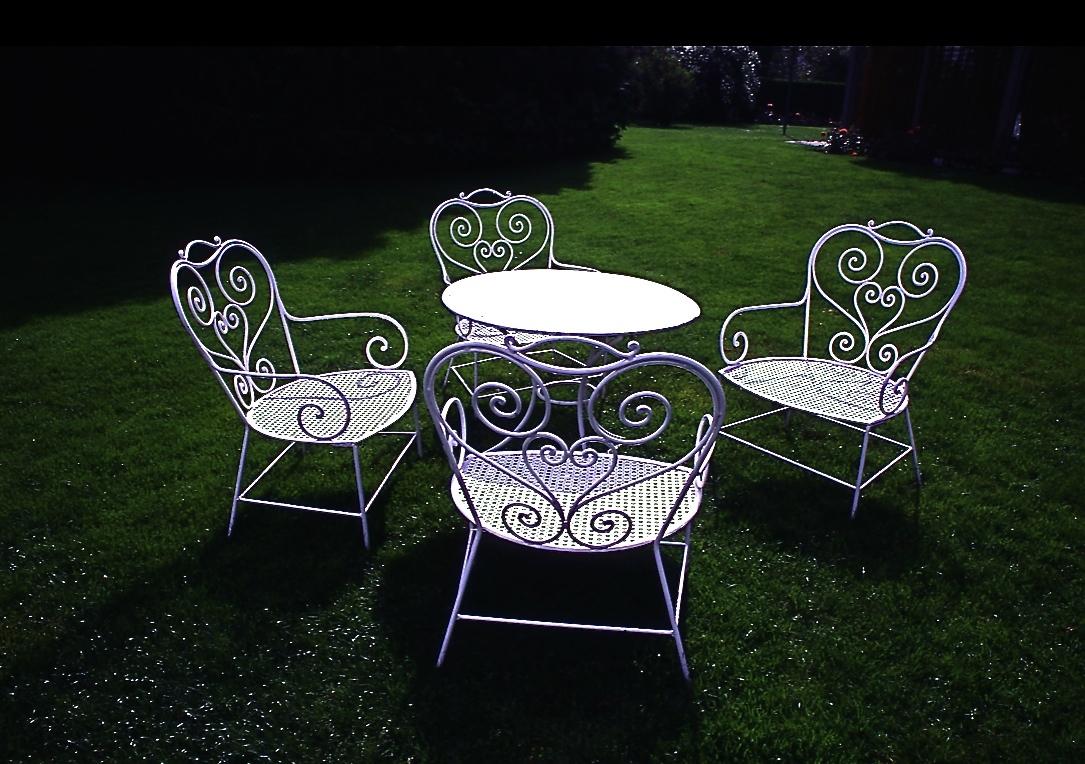 話をしている4脚の椅子 Four chairs which are talking