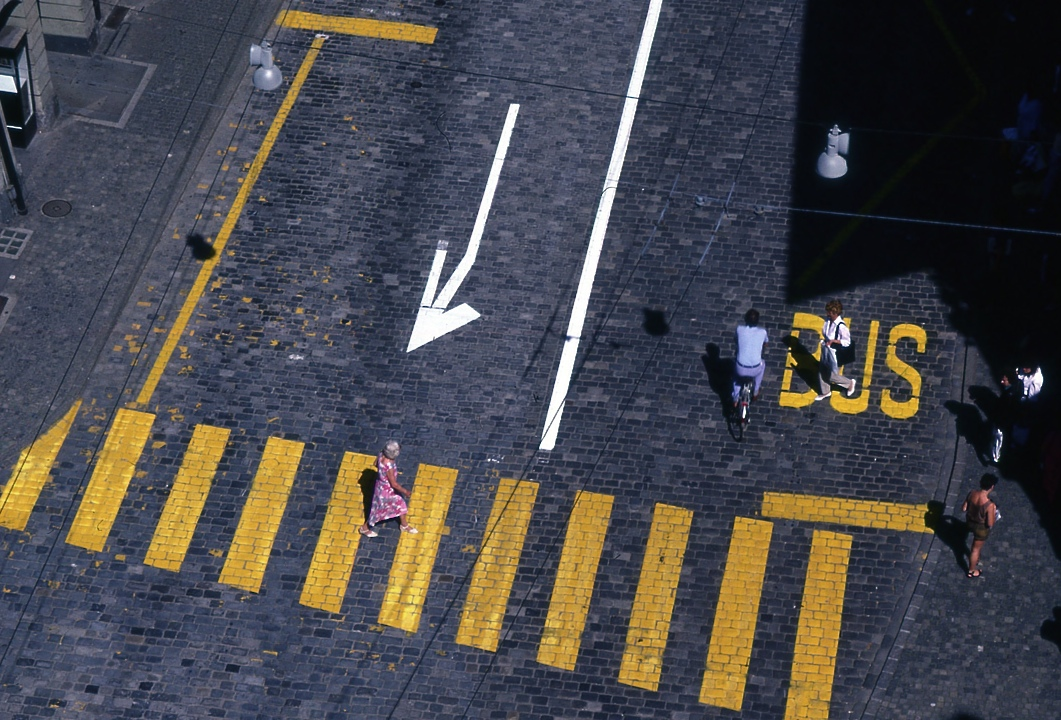 歩いている人々 2 People who are walking 2  どうしてもジャコメッティの彫刻を思い出してしまう。 I remember  inevitably Giacometti's sculpture . ⓒToshihiko Shibano