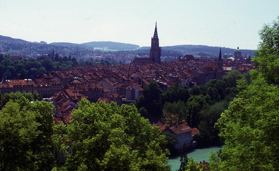 古都ベルン Ancient city   Bern  ベルンといえばパウルクレー。もちろん美術館へは行った。手前の川は流れが速いのに若者達が泳いでいた。バスの車窓からの撮影 ⓒToshihiko Shibano