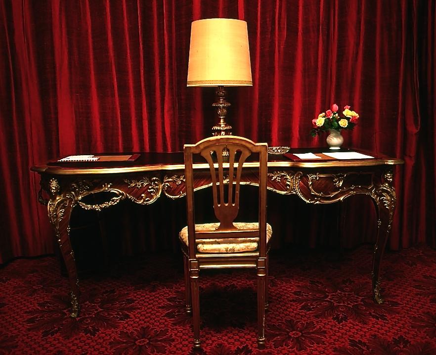 贅の限りを尽くしたテーブルと椅子 A gorgeous table and a chair  ルーベンスの本物の絵が壁にかかっていたりして驚かされた。ⓒToshihiko Shibano