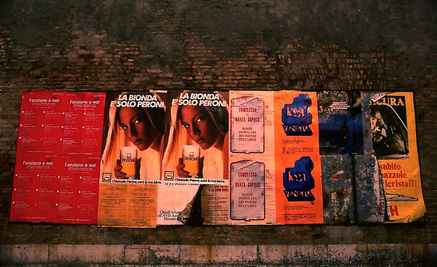 ビールの広告 The advertisement of beer   古壁にモダンな広告がお洒落 ⓒToshihiko Shibano