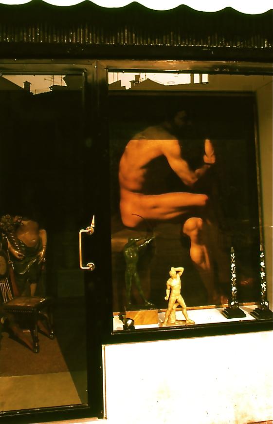 骨董品店 Curio store  裸の人が中でポーズをとっているかのような驚きがあった。 ⓒToshihiko Shibano