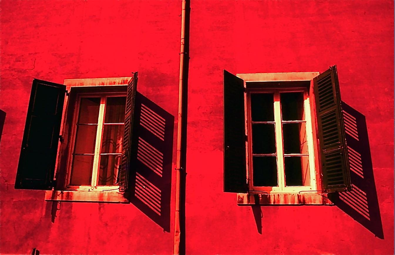 血でもしたたりそうな赤い壁 The red wall ⓒToshihiko Shibano