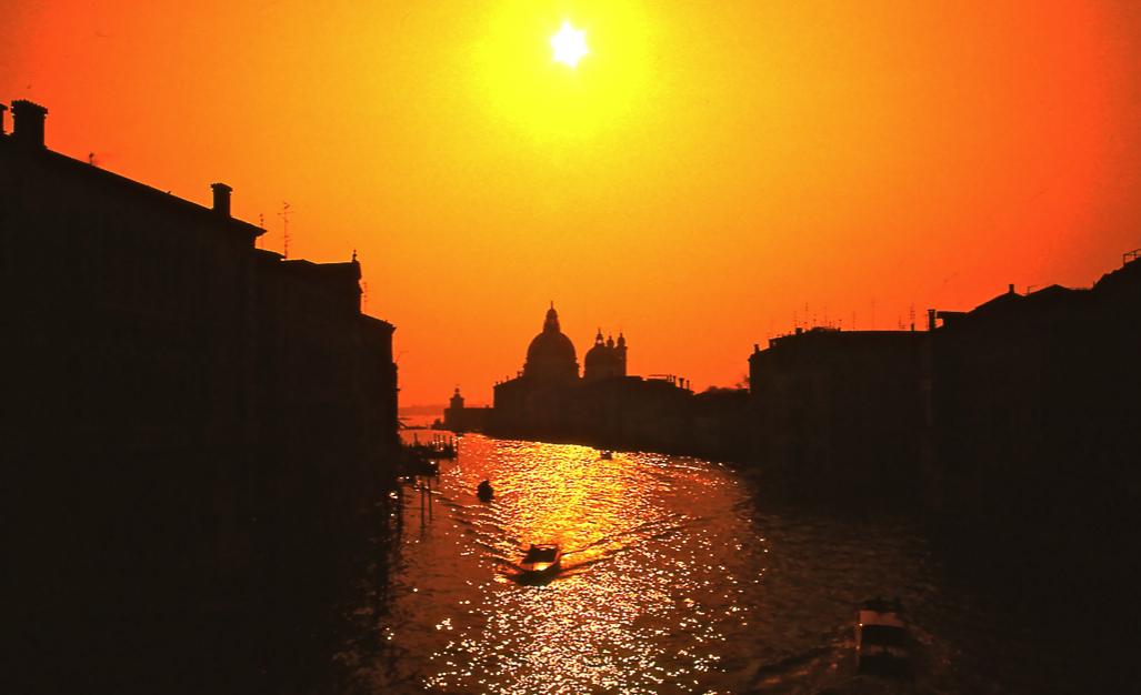 正面はサンタ・マリア・デッラサルーテ教会 Santa Maria della Salute church あまりにもありふれた写真になりそうなときに、しばしば使用したのがオレンジフィルターである。従ってこれは夕陽ではなく、真昼間の写真。ⓒToshihiko Shibano