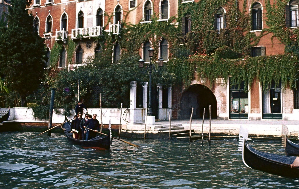 移動はすべて小舟、というのがベニスらしい。A boat is indispensable to movement.  ⓒToshihiko Shibano