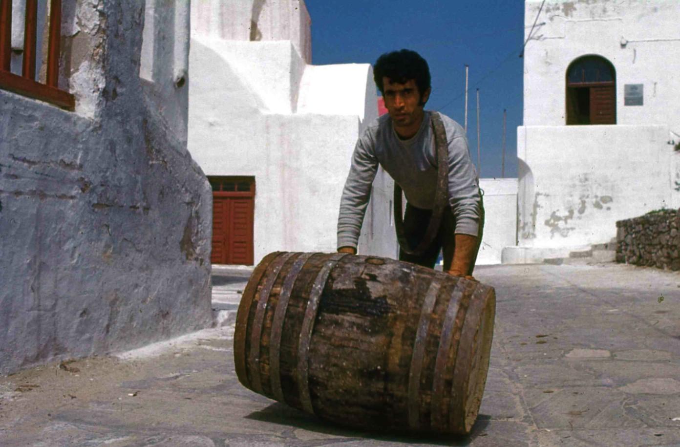 樽を運ぶ男。The man who rolls a barrel 多くが人力だった。自動車もほとんど見かけなかったが、you tubを見ると今では島に車が溢れかえっている。  ⓒToshihiko Shibano