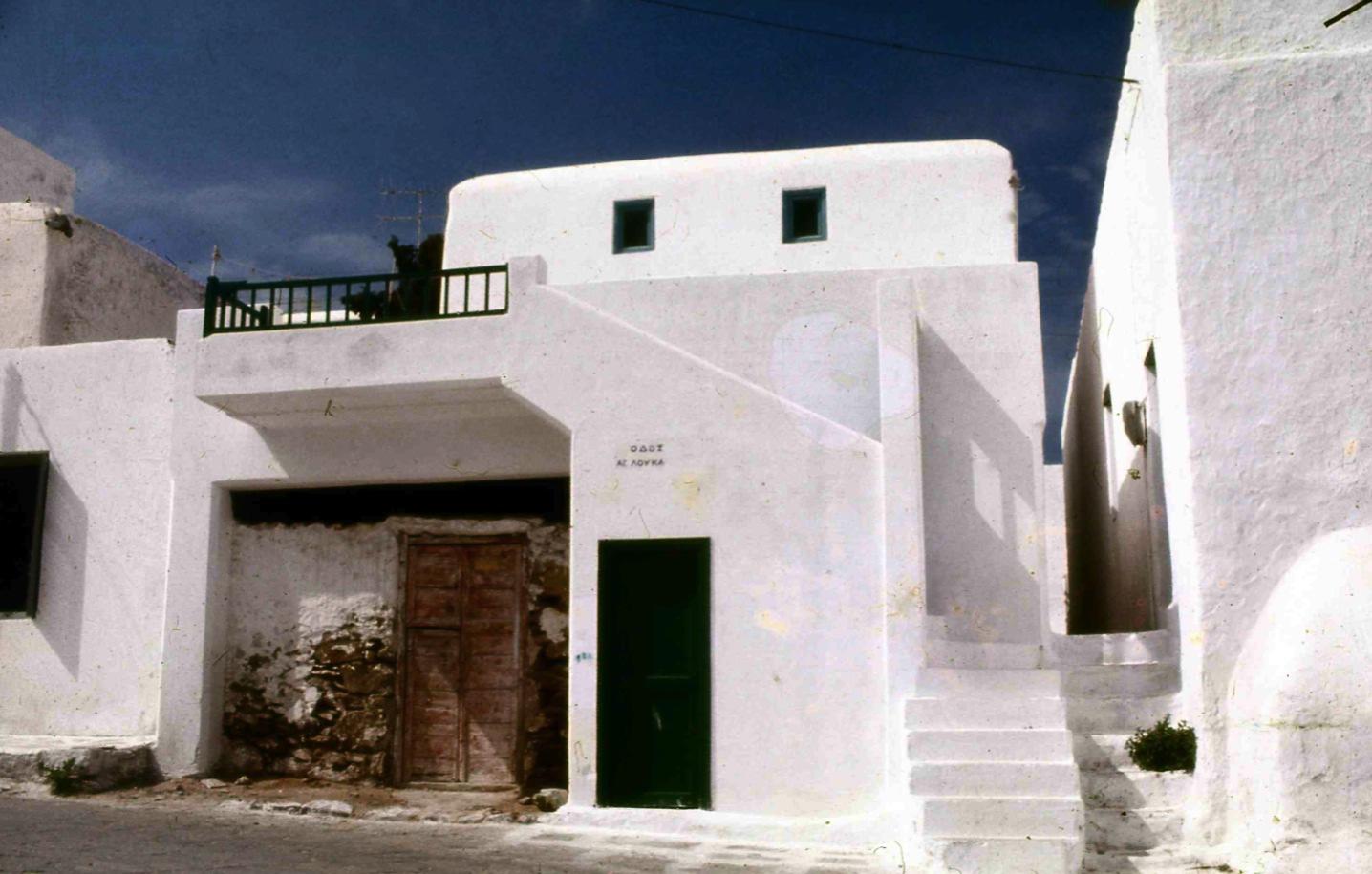 窓の小さな家 Small house of the window 白塗りの家屋は中に入るとすごく涼しい。The house of the white-painted face is very cool. みてくれだけの白ではないのである。陽が中に入ってこないように窓は小さくしてある。 ⓒToshihiko Shibano