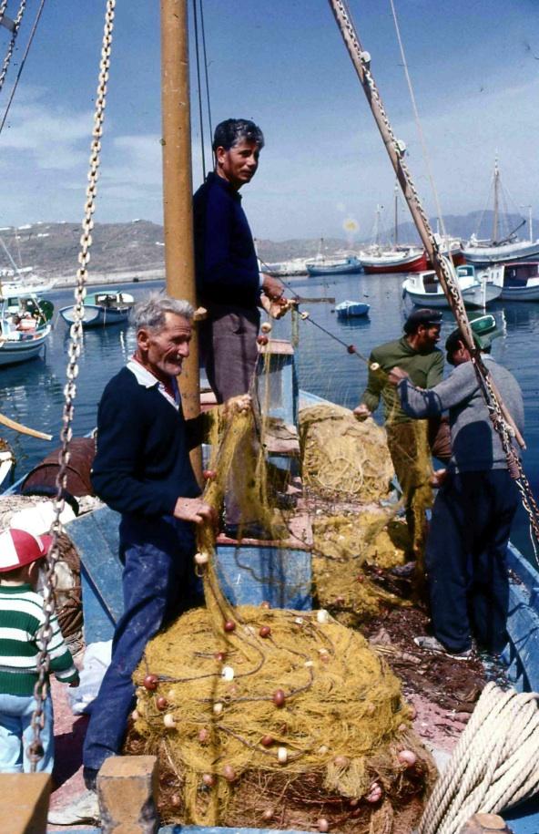 網の手入れ2 Care for net 2  赤銅色に灼けた彫りの深い漁師の顔 ⓒToshihiko Shibano